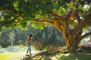 Frau am Baum