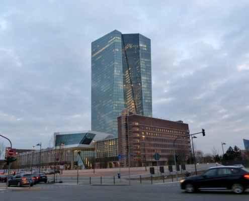 EZB Gebäude Frankfurt am Abend