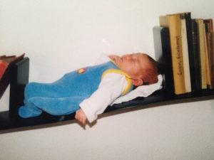 Baby im Regal schlafend von Christiane Witt Feng Shui Beratung
