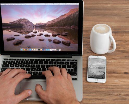 Hände am Laptop Business Feng Shui Christiane Witt