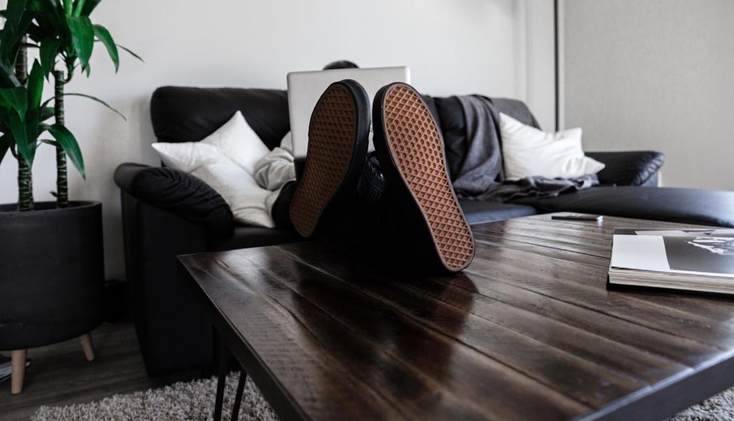 Mann lümmelt sich mit Laptop auf Sofa - Christiane Witt - Feng Shui Beratung