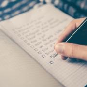 Jemand macht sich Notizen - Christiane Witt - Feng Shui Beratung