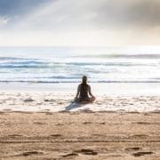Frau meditiert am Strand - Christiane Witt - Feng Shui Beratung