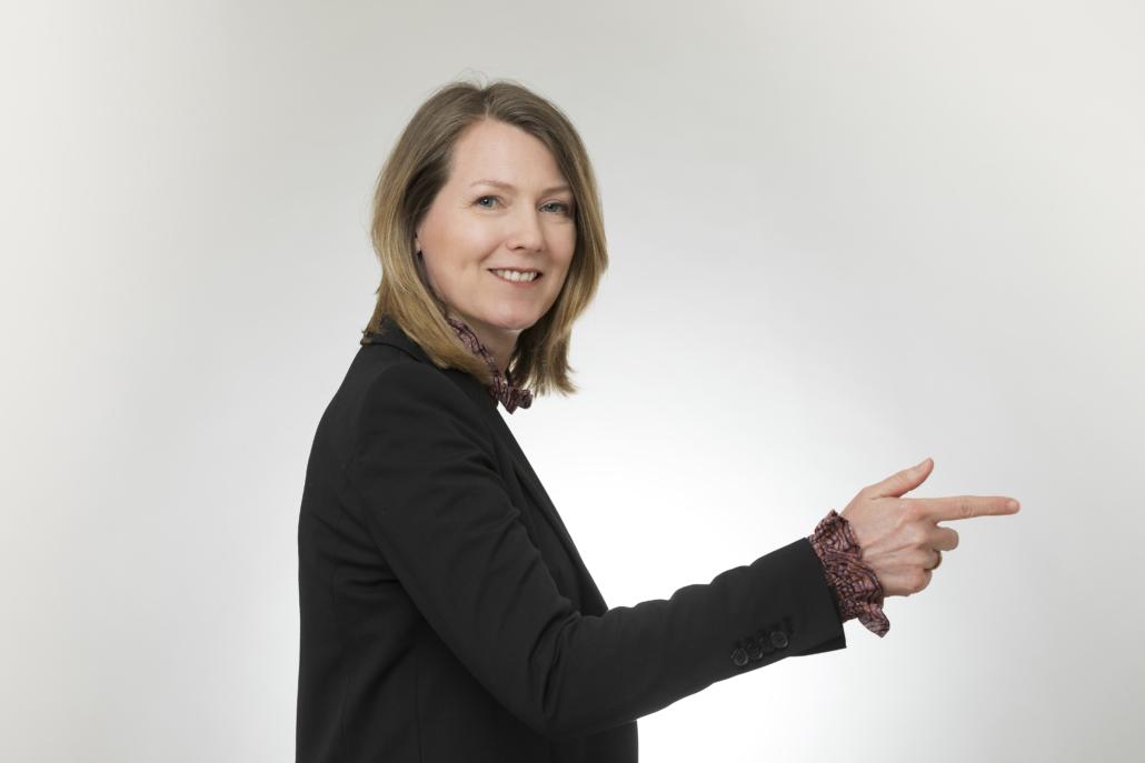 Christiane Witt - Feng Shui Beratung für Unternehmen - zeigt mit Finger